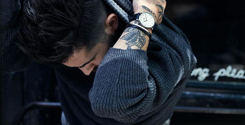 Klasyczny zegarek Daniel Wellington na skórzanym pasku z srebrną koperta oraz białą minimalistyczną tarczą.