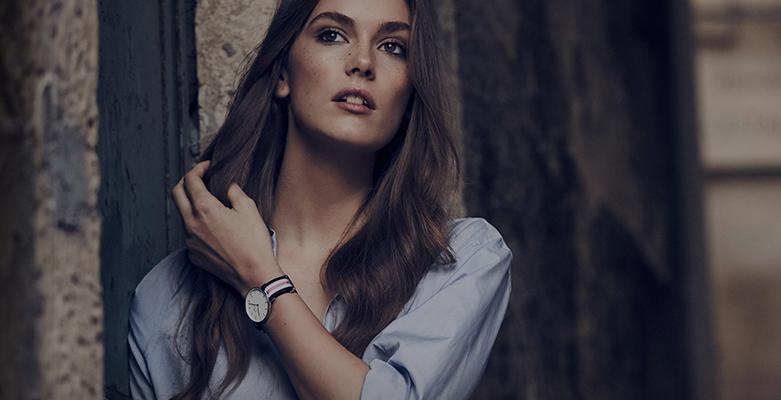 Modny, damski zegarek Daniel Wellington DW00100050 Southampton 0605DW na parcianym pasku w kolorowe paski takie jak biały, niebieski oraz różowy. Okrągła, stalowa tarcza jest w kolorze srebrnym natomiast minimalistyczna, analogowa tarcza w kolorze białym z indeksami w srebrnym kolorze w postaci cieniutkich kreseczek.