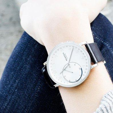 Modny zegarek unisex marki Skagen na czarnym skórzanym pasku z srebrną kopertą ze stali oraz białą, analogową tarczą.