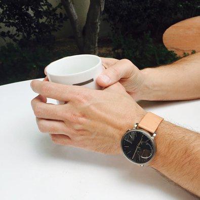 Klasyczny, męski zegarek Skagen SKT1104 HAGEN CONNECTED na skórzanym brązowym pasku z srebrną, stalową kopertą oraz tarcza w czarnym kolorze z jasnymi wskazówkami.