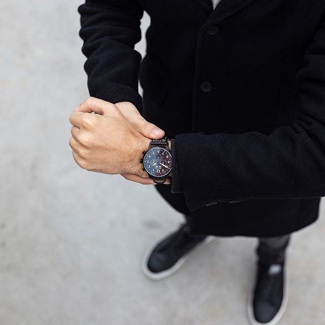Czarny zegarek Adriatica Aviation na czarnym skórzanym pasku oraz tarczą wyposażoną w datownik.