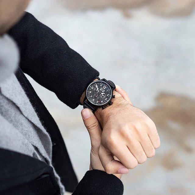 Meski zegarek Adriatica Aviation na męskim nadgarstku.