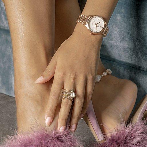 Damski zegarek Timex Waterbury na klasycznej bransolecie w kolorze różowego złota.