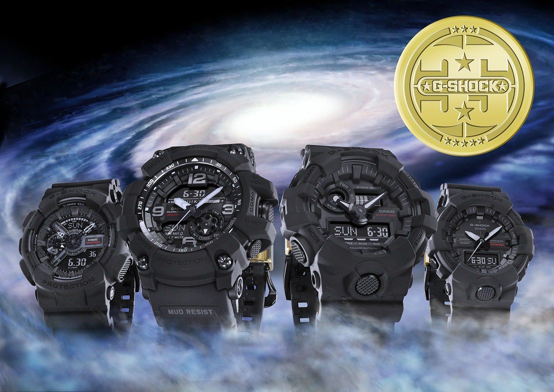 Kolekcja limitowanych zegarków G-Shock 35TH ANNIVERSARY LIMITED MUDMASTER Big Bang na paskach z tworzywa sztucznego w czarnym kolorze oraz kopertach w tym samym kolorze jak i z tego samego tworzywa. Analogowo - cyfrowe tarcze zegarków G-Shock są w czarnym kolorze z czerwonym napisem MUDMASTER.