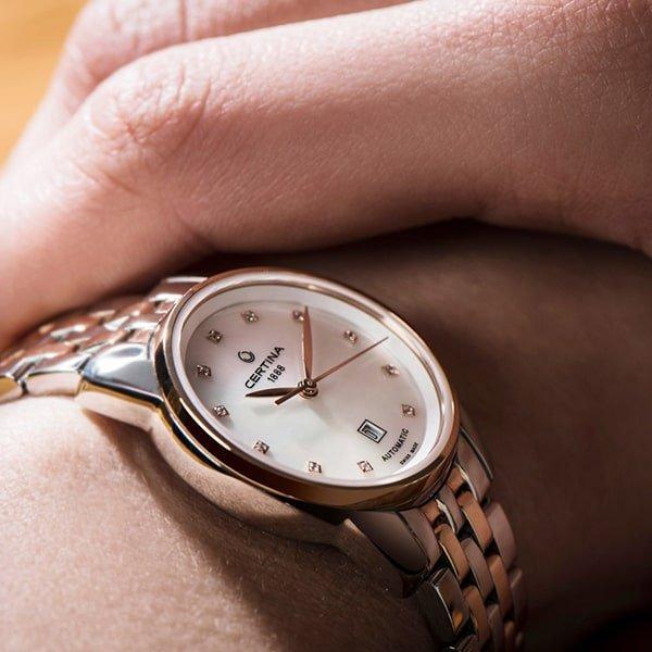 Automatyczny, damski zegarek Certina z datownikiem na tarczy.