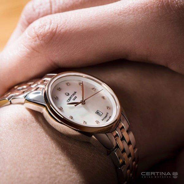 Zegarek Certina z perłową tarczą oraz diamencikami na indeksach.