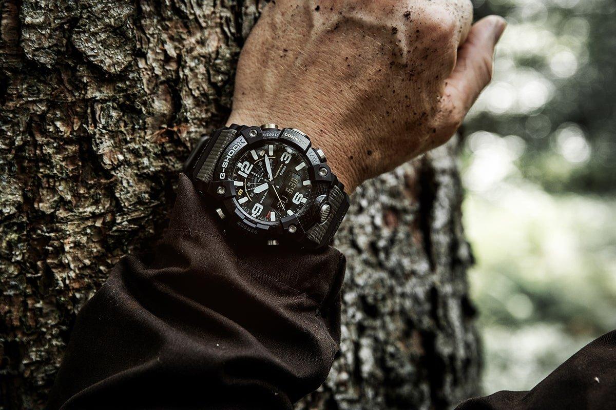 Męski zegarek G-Shock na pasku z tworzywa sztucznego w kolorze moro z kopertą w czarnym kolorze oraz wielofunkcyjną tarczą.