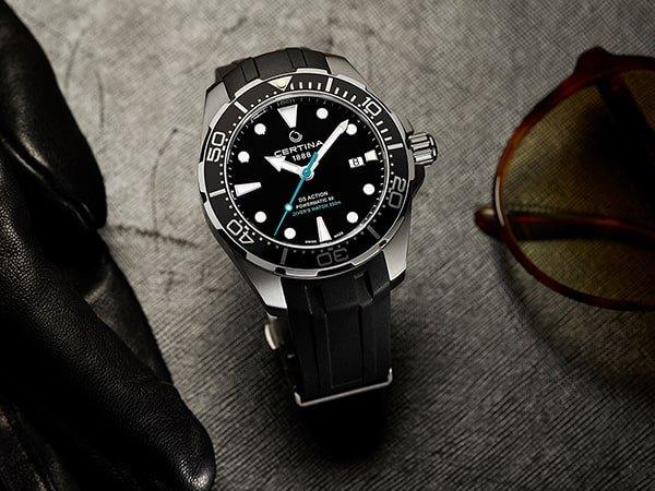 Sportowy zegarek Certina na pasku z tworzywa sztucznego.