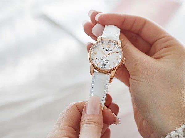 Elegancki damski zegarek Certina na białym pasku.