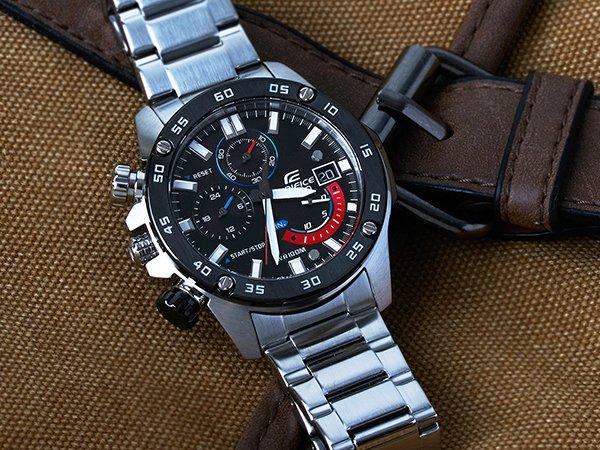 Zegarek Casio Edifice w sportowym stylu na srebrnej bransolecie dla osób leworęcznych.