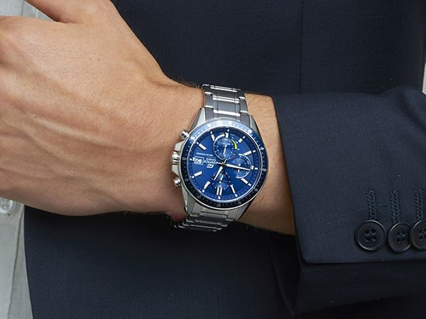 Męski zegarek Edifice na srebrnej bransolecie z niebieską tarczą.