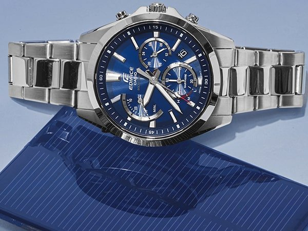 Zegarek Edifice na srebrnej bransolecie z niebieską tarczą.