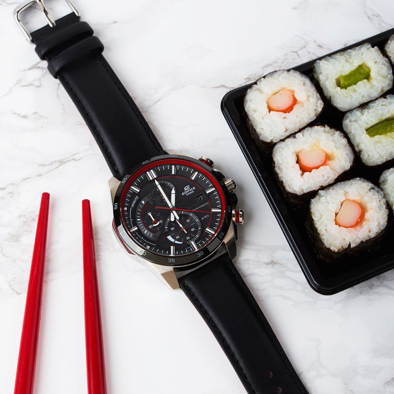 Klasyczny, męski zegarek Casio Edifice na skórzanym, czarnym pasku z okrągłą stalową kopertą w takich kolorach jak srebro i czerń. Analogowa tarcza jest w czarnym kolorze  z białymi oraz czerwonymi indeksami.