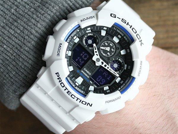 Uniwersalny zegarek G-Shock a białym kolorze z niebieskimi i czarnymi detalami