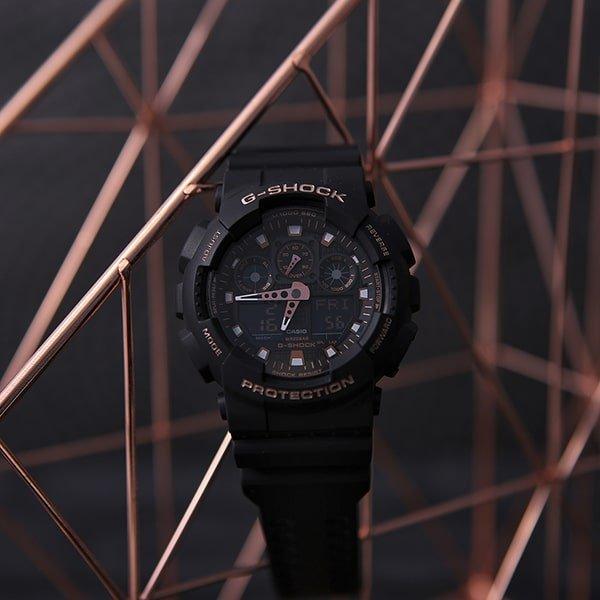Stylowy zegarek G-Shock w czarnym kolorze z akcentami różowego złota