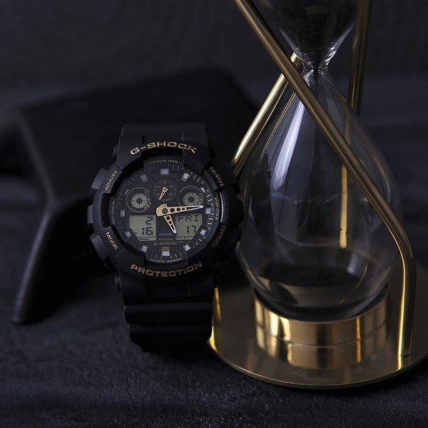 Stylowy zegarek G-Shock Original w czarnym kolorze z akcentami złota.