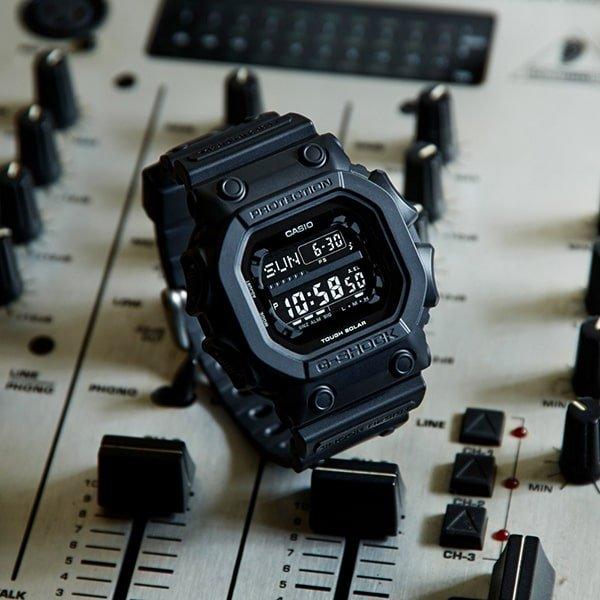 Czarny zegarek G-Shock z cyfrową tarczą.