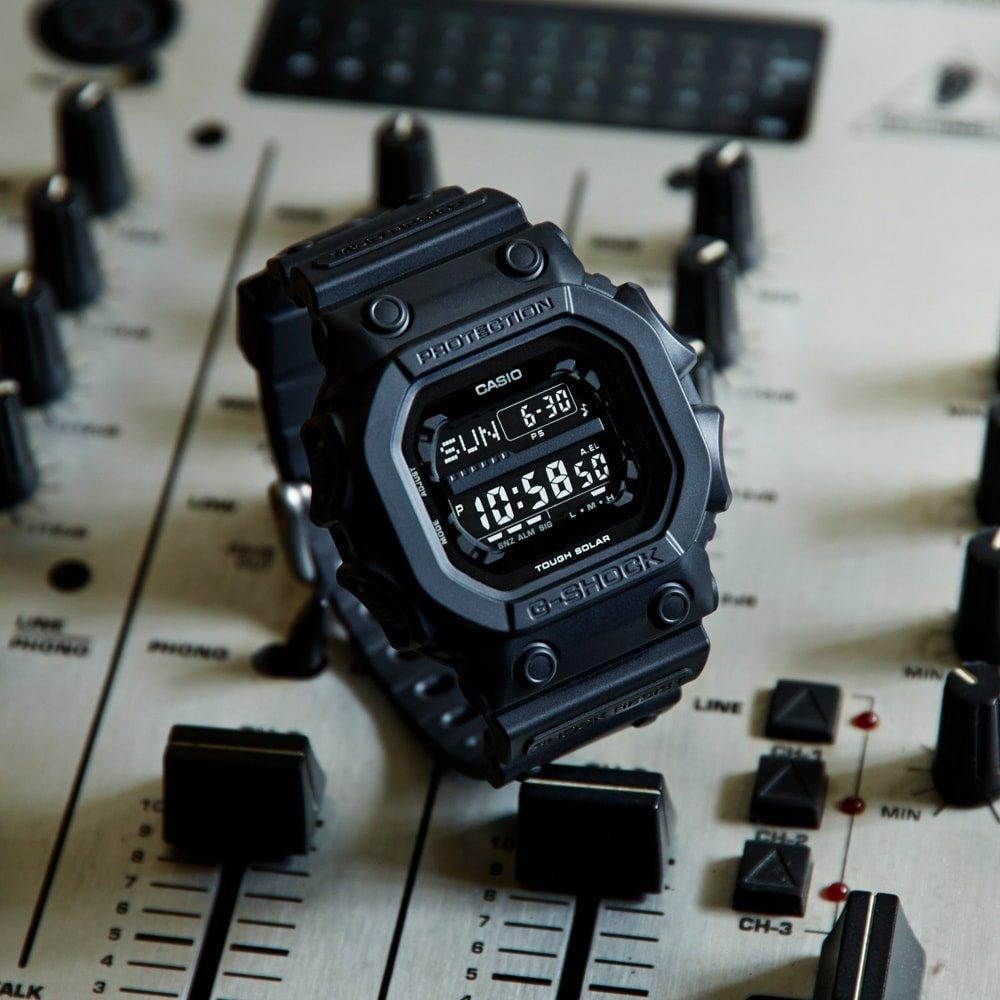 Sportowy, męski zegarek G-Shock GX-56BB-1ER KING OF G na pasku z tworzywa sztucznego w czarnym kolorze, koperta zegarka jest w nietypowym kształcie również z tworzywa sztucznego w czarnym kolorze.