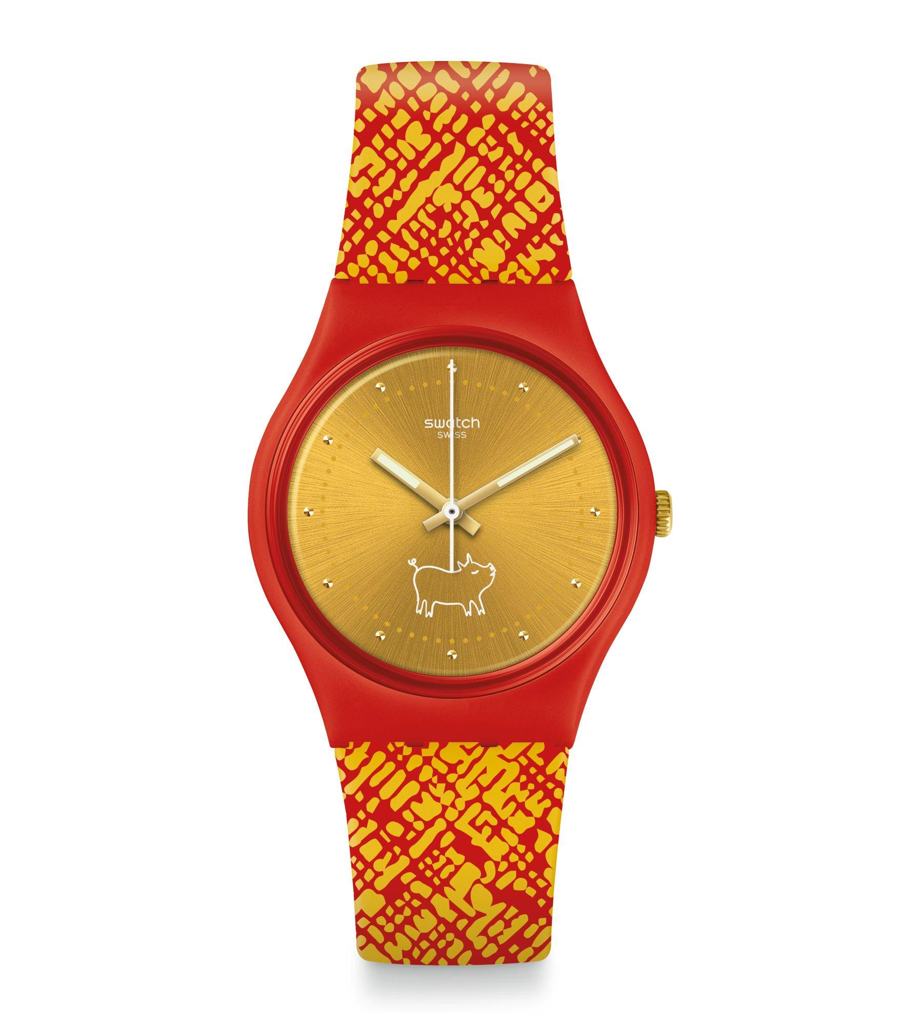 Zegarek Swatch GZ319 w kolorach złotym i czerwonym. Na złotej tarczy widać bohatera Chińskiego horoskopu 2019 roku- świnkę.