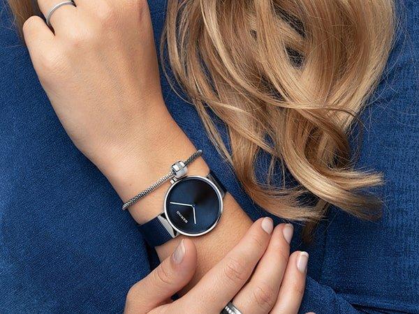 Granatowy zegarek Bering z srebrnymi akcentami.