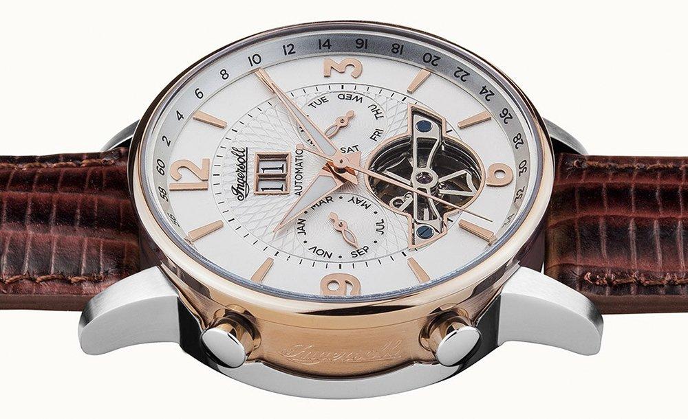 Oryginalny, męski zegarek Inersoll I00701 The Grafton na czerwonym skórzanym pasku z kopertą w odcieniu rózowego złota. Tarcza typu open heart jest w białym kolorze z indeksami w kolorze różowego złota.