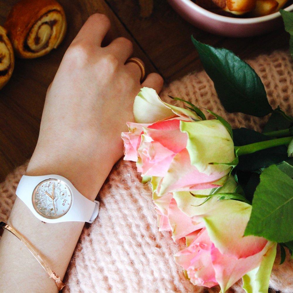 Elegancki, damski zegarek Ice-Watch ICE.016669 ICE Flower Spring White na pasku i kopercie wykonanej z tworzywa sztucznego w białym kolorze. Tarcza zegarka jest biała z rysowanymi kwiatkami ozdobionymi diamencikami Swarovskiego.