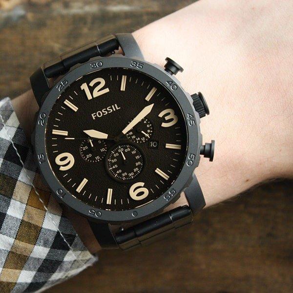 Stylowy zegarek Fossil z trzema subtarczami na tarczy.