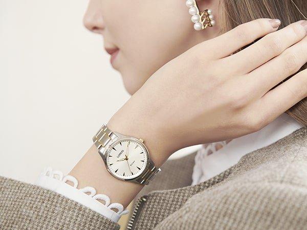 Elegancki, damski zegarek Lorus na srebrnej bransolecie.