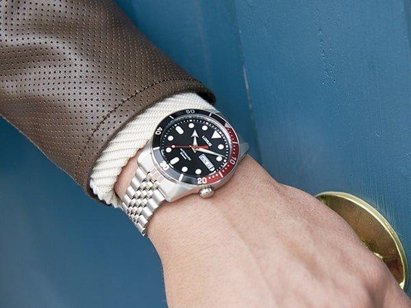 Męski zegarek Lorus na srebrnej bransolecie z ciemną tarczą.