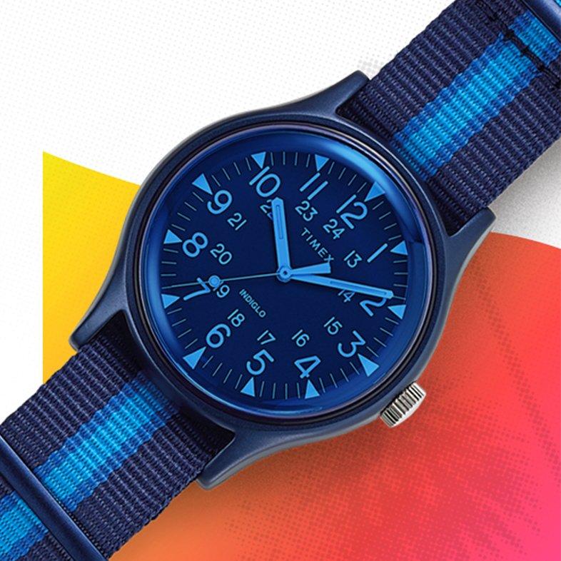 Młodzieżowy zegarek Timex TW2T25100 Aluminum California z mechanizmem kwarcowym i analogową tarczą. Zegarek jest z aluminiową kopertą w niebieskim kolorze i parcianym pasku w trzech różnych odcieniach niebieskiego.