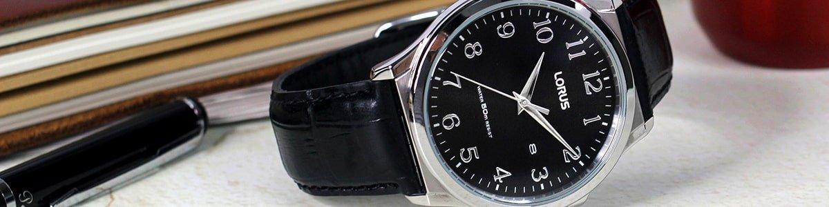 Elegancki zegarek Lorus na czarnym pasku.