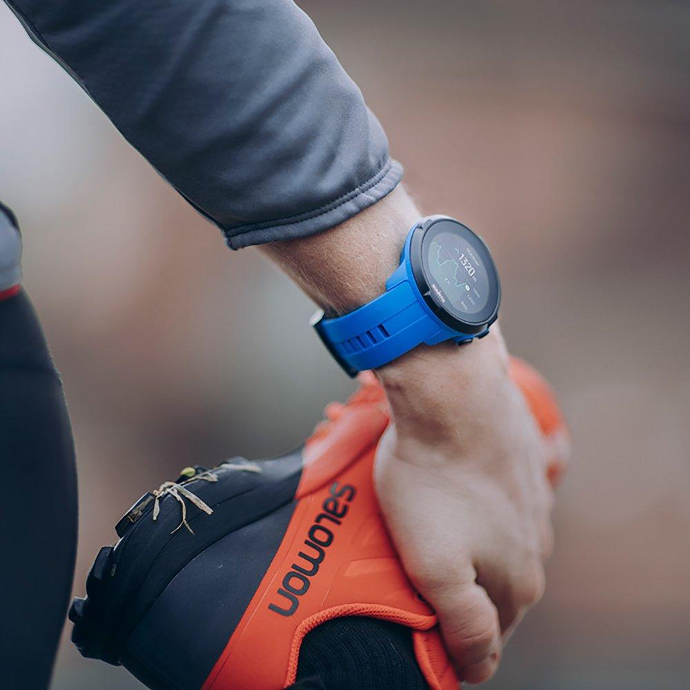 Sportowy, męski zegarek Suunto Spartan SS022663000 na niebieskim pasku z niebiesko, czarną kopertą oraz cyfrową tarczą.