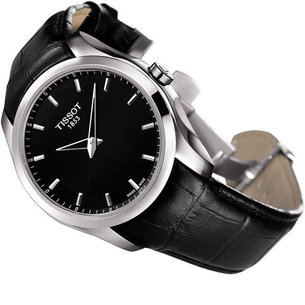 Klasyczny zegarek Tissot w czarnym kolorze z srebrnymi akcentami.