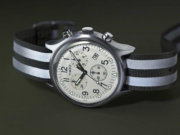 Zegarek Timex na parcianym pasku w paski.