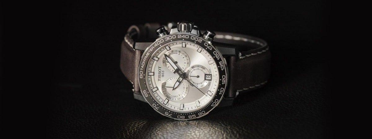 Zegarek Tissot na brązowym pasku w sportowym stylu.
