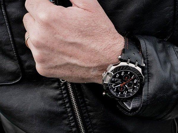 Niepowtarzalny zegarek Tissot na pasku z ciekawą tarczą.