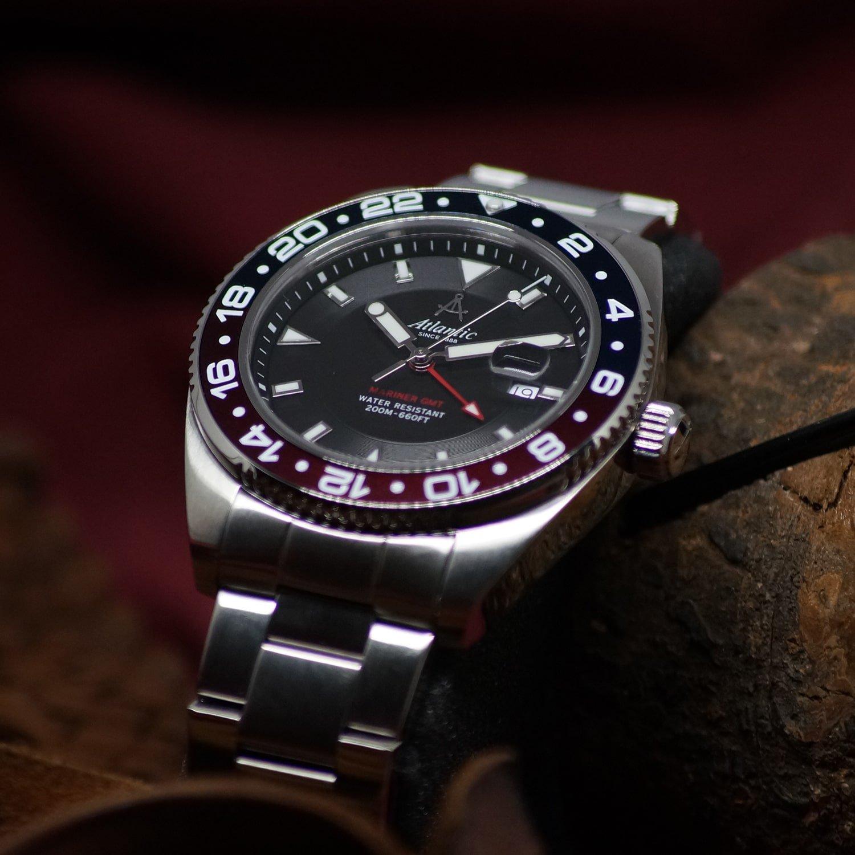 Elegancki, męski zegarek Atlantic 80575.41.61 Mariner na srebrnej, stalowej bransolecie z bezelem w kolorze czarnym i czerwonym.