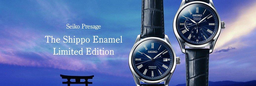 Luksusowy, męski zegarek Seiko Presage SPB073J1 z limitowanej serii Shippo Enamel Limited Edition. Zegarek posiada okrągłą kopertę wykonaną ze stali w kolorze srebra, niebieską tarczę która została urozmaicona za pomocą giloszowania. Zegarek jest na pasku ze skóry w czarnym kolorze.