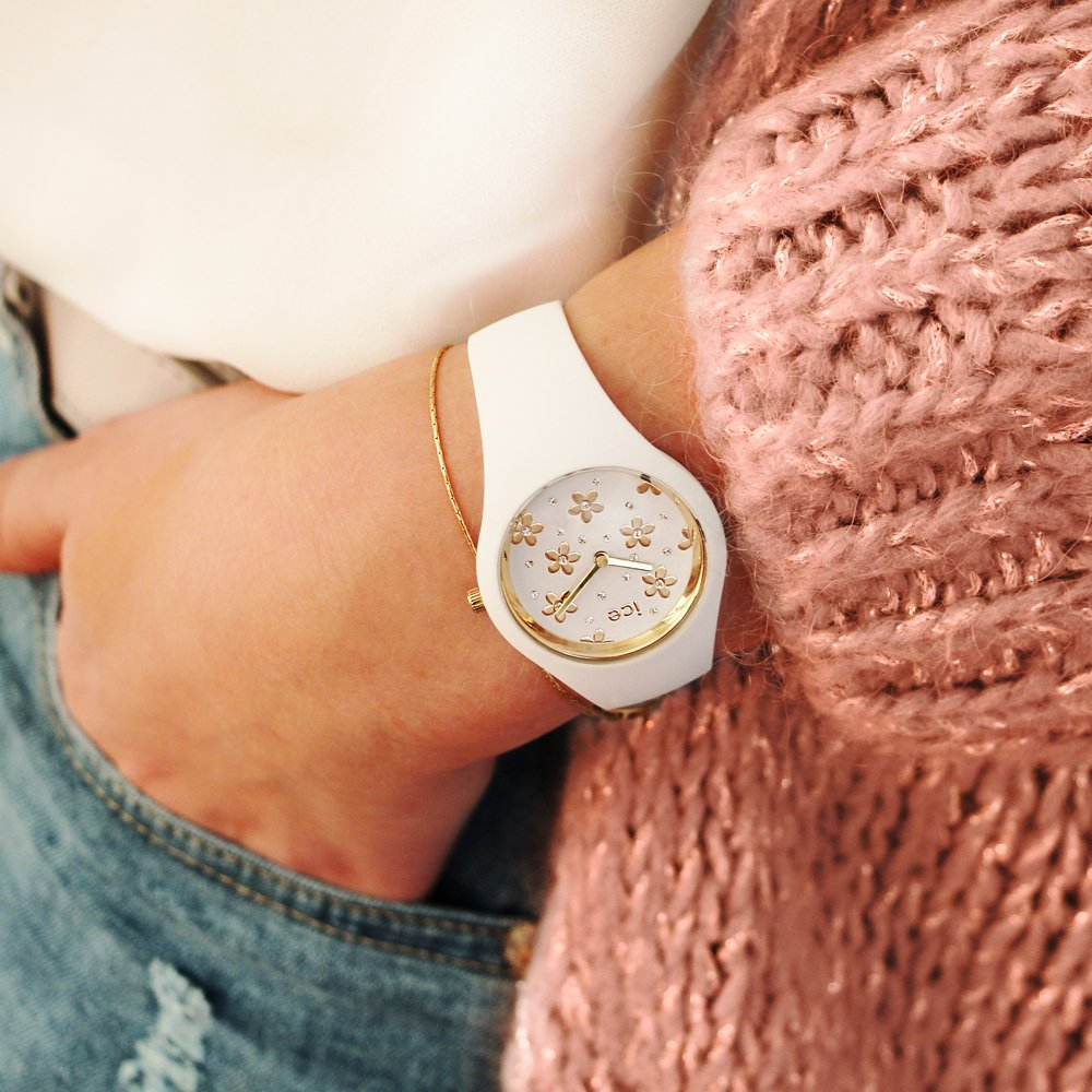 Subtelny, damski zegarek Ice-Watch ICE.016667 ICE Flower Precious White na pasku i kopercie wykonanej z tworzywa sztucznego w białym kolorze. Tarcza zegarka jest biała w złote kwiatki przyozdobione diamencikami Swarovskiego.