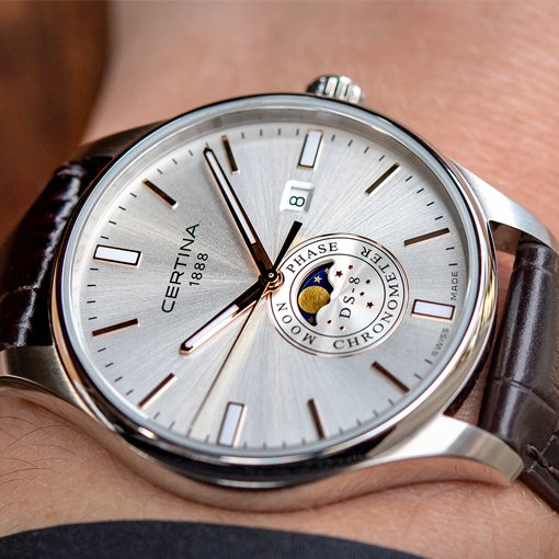 Zegarek Certina na skórzanym pasku z srebrną tarczą na której są pokazane fazy księżyca.
