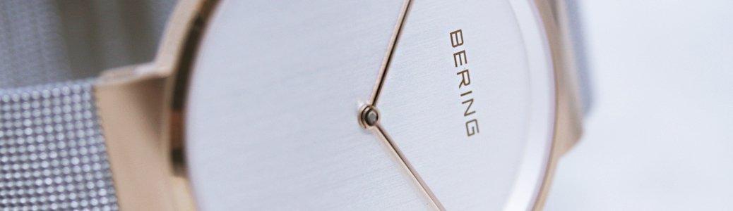 Zegarek Bering z srebrną branzoletą mesh oraz bezelem w kolorze różowego złota.