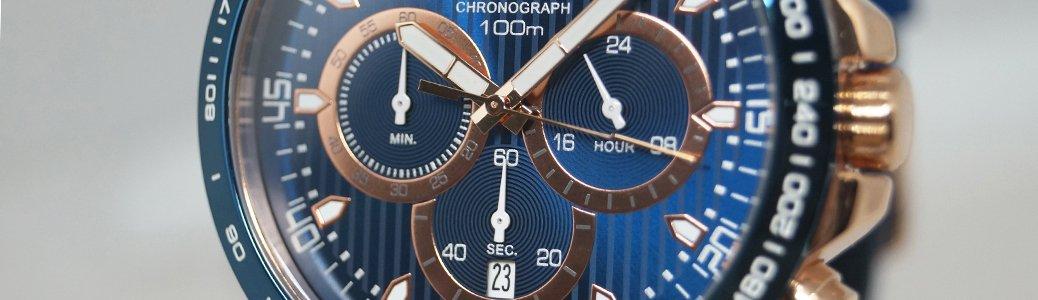 Niebieski zegarek, chronograf Lorus z funkcją umożliwiającą pomiar odstepów czasowych.