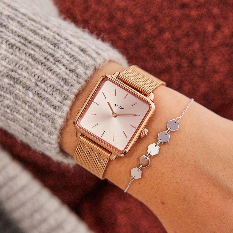 Minimalistyczny zegarek Cluse na złotej bransolecie mesh z złotą tarczą w kwadratowym kształcie