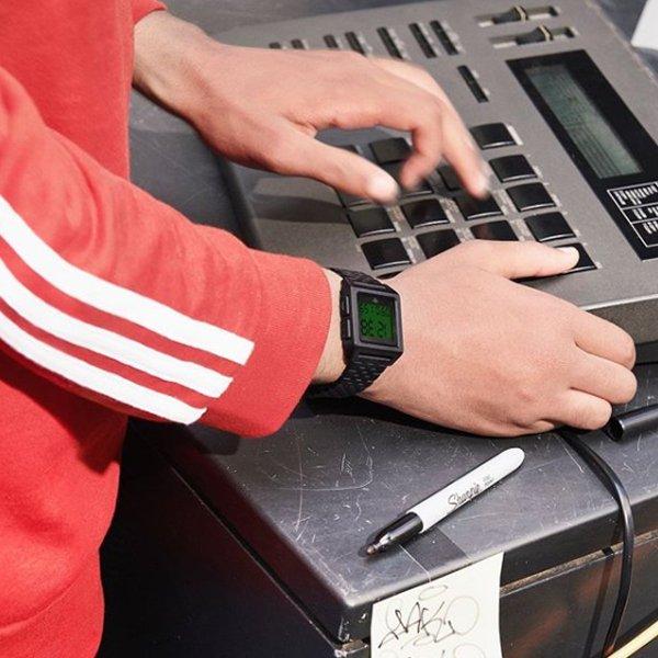 Cyfrowy zegarek Adidas na czarnej bransolecie.
