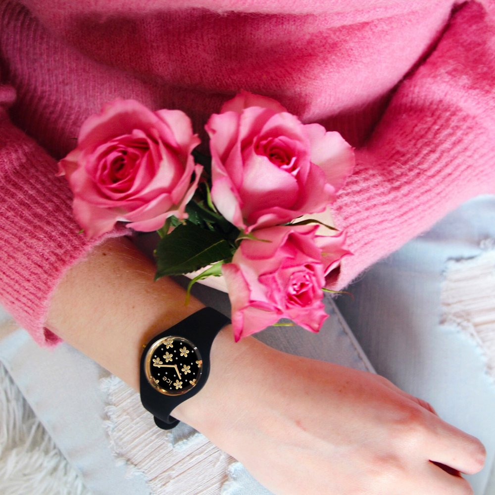 Atrakcyjny, damski zegarek Ice-Watch ICE.016668 ICE Flower Precious Black z mechanizmem kwarcowym oraz analogową tarczą, która chroniona jest przez szkiełko mineralne.