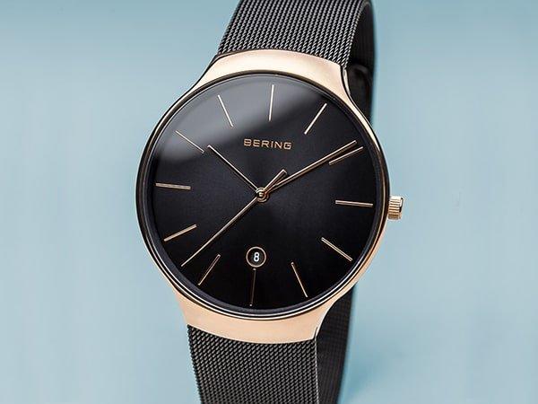 Minimalistyczny zegarek Bering w skandynawskim stylu z datownikiem na tarczy.