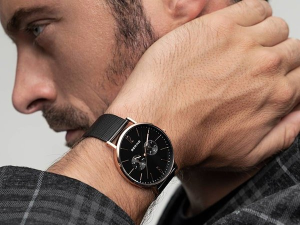 Męski zegarek Bering w czarnym kolorze z subtarczami na tarczy.