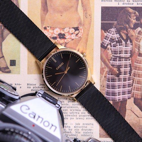 Damski zegarek Casio Instashape LTP-E140GB-1AEF na czarnej bransolecie typu mesh połączoną ze złotą kopertą oraz czarną klasyczną tarczą.