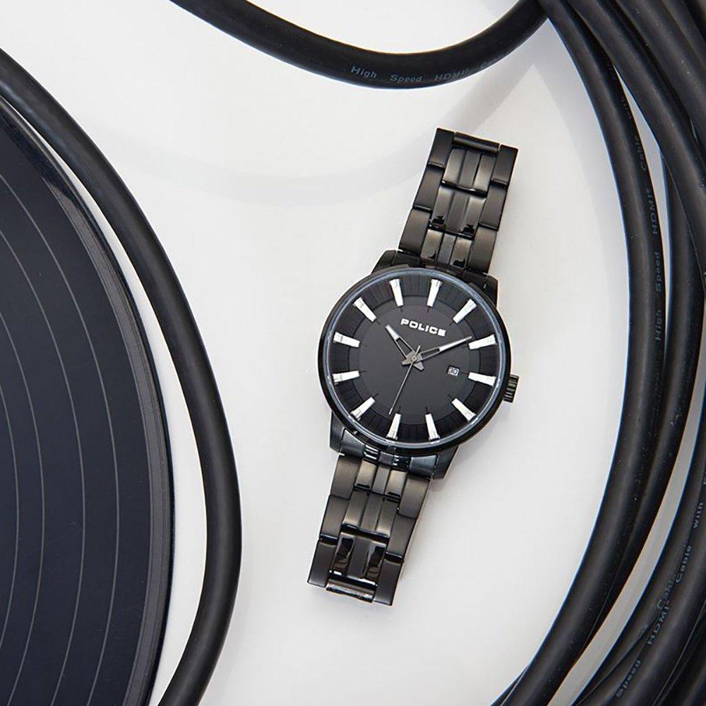 Zegarek Police na czarnej bransolecie.