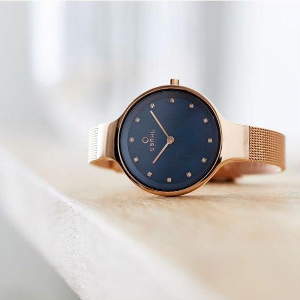 Modny zegarek Obaku Denmark V173LXVLML na niebisekiej bransolecie z tarczą zrobioną z masy perłowej.